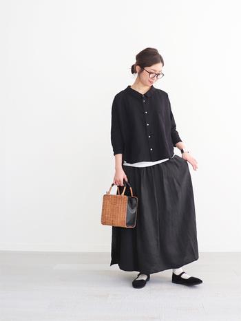 黒のシャツに黒のロングスカートを合わせた、シンプルなセットアップ風コーデ。白のインナーをトップスの裾からちらりと覗かせて、重く見せないためのワンポイントに活用しています。黒のストラップシューズが白靴下に映えて、素敵なモノトーンコーデに♪