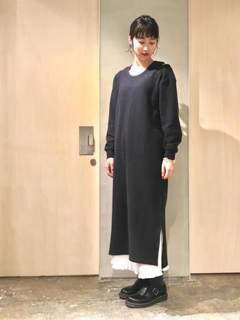 黒のマキシ丈ワンピースに、白のプリーツスカートを合わせたモノトーンコーデです。足元にはメンズライクな黒シューズをチョイスして、甘辛ミックススタイルに♪