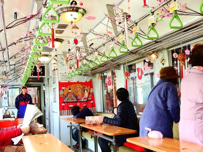 由利高原鉄道では、一日一往復の「まごころ列車」という観光列車が走ります。「おばこ」と言われる絣の着物姿のアテンダントが、秋田弁まじりでパンフレットにはのっていない地元のエピソードを紹介してくれたり、アテンダント手作りの乗車記念のプレゼントもあり、観光客に人気です。ひな祭りや鯉のぼり、クリスマスなど、季節に合わせて車内の飾り付けもアレンジされていて、心が和みますね。