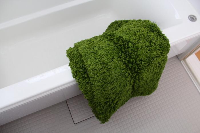 最後に、浴槽などの縁などで少し乾かし、ベランダの物干し竿などに掛けて乾かします。 なお、カーペットが完全に乾ききる前に使用してしまうとカビの発生などの原因にもつながりますので注意しましょう!