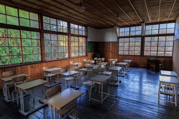 木の床や窓枠などは、学校として使われていた当時のままの形を再現しています。レトロな雰囲気がステキですね。