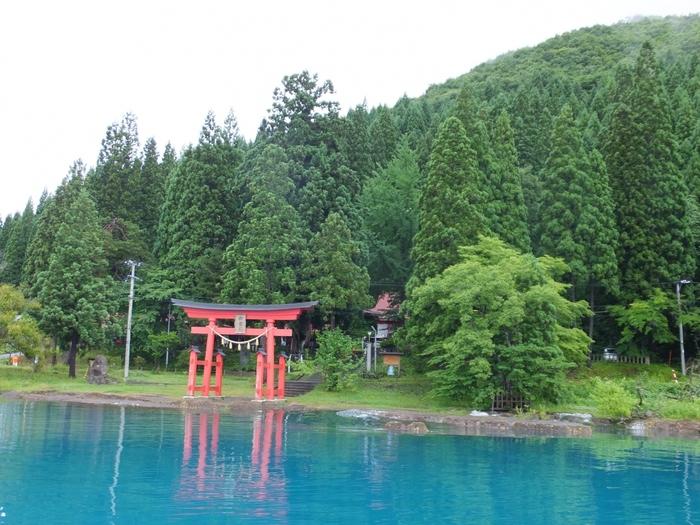 田沢湖のほとりにある「御座石神社(ござのいしじんじゃ)」は、先ほどご紹介した「たつこ姫」を祀っています。青く澄んだ湖と鳥居のコントラストが神秘的。美容や縁結びのご利益があると言われ、パワースポットとして訪れる女性も多いんだとか。境内にある泉の水は、たつこが飲んで龍になったとも言い伝えられているんですよ。