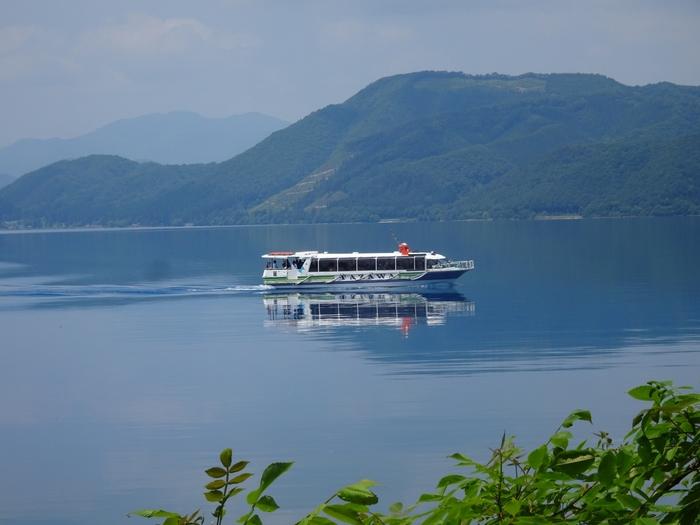 遊覧船から気持ち良い風を感じることもできます。たつこ姫伝説の昔話を聞きながら、湖面からたつこ像を眺めるのも良いですね。