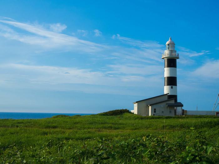 """男鹿半島を代表する景勝地「入道崎(にゅうどうざき)」は半島の西北端、北緯40度線上にあります。「日本の灯台50選」に選ばれた入道埼灯台は、日本にわずか16か所しかない""""登れる灯台""""のひとつ。灯台の上から眺める日本海は絶景ですよ。"""
