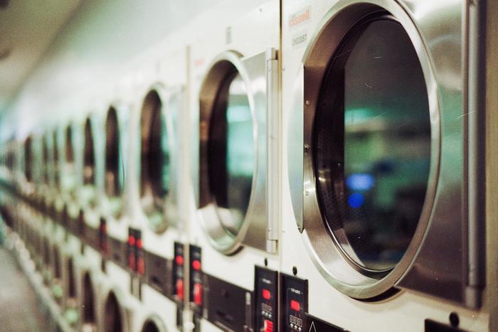 近くにあるという方は、コインランドリーを活用するのもおすすめです。 きちんと洗濯表示を確認し、水洗い可能かどうか、乾燥器の使用可能かどうかをチェックしましょう! また、もうひとつ気を付けたいのが、コインランドリーの洗濯機がカーペット可になっているかを確認することも大切です。本体、カーペットは洗濯機で頻繁に洗う想定で作られていないものがほとんどなので、多少の色あせや色落ちなども頭に入れておきましょう。 特に色落ちしやすいウールやシルク、麻、コットンなどの天然素材やレーヨンなどの合成繊維で織られているカーペットは洗濯機には不向き。ほとんどのカーペットがこれらに含まれる場合が多いので、コインランドリーでカーペットを洗う場合は、事前に色落ちしないことを確認できたもののみを洗うことをおすすめします。