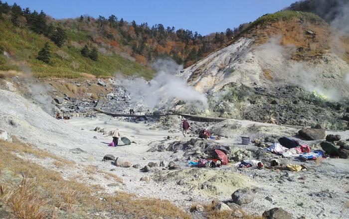 「玉川温泉」は、先ほどご紹介した田沢湖から青森方面に向かう十和田八幡平国立公園内にある温泉。pH1.2と日本一の強酸性の温泉水で、1ヶ所から毎分9,000ℓという日本一の湧出量を誇ります。さまざまな効能があるとされ、湯治に訪れる方も多いんですよ。公園内の岩場では、ゴザを敷いて岩盤浴をする方も多くみられます。