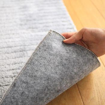 カーペットをクリーニング店におまかせしちゃう!というのもひとつの手。洗う時間が無い人には、とってもお手軽な方法です。 カーペットのクリーニング料金は、記事の種類、面積によって決定されることが多く、一般的なカーペット3畳分なら1万円以下、ちょっと高級なペルシャ絨毯や中国だんつうなどは、1~5万円する場合もあります。 また、自分で引き取り出来ない場合などは送料もかかるので、想像以上に高くつくことも… まずは、見積を出してもらうことをおすすめします!