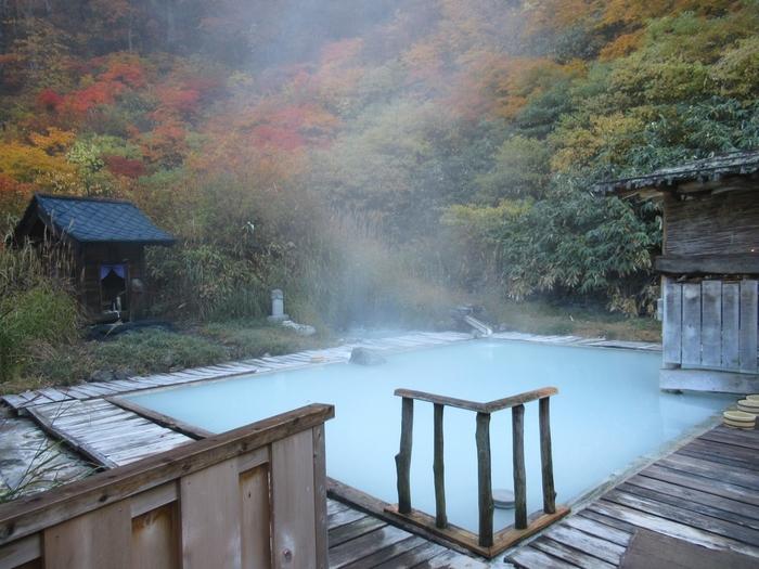 泉質が異なる4種類の源泉があり、それぞれ白湯・黒湯・中の湯・滝の湯と呼ばれています。山に囲まれた露天風呂は、まさに秘境の湯。タオルの販売もあるので、気軽に入れるのがうれしいですね。