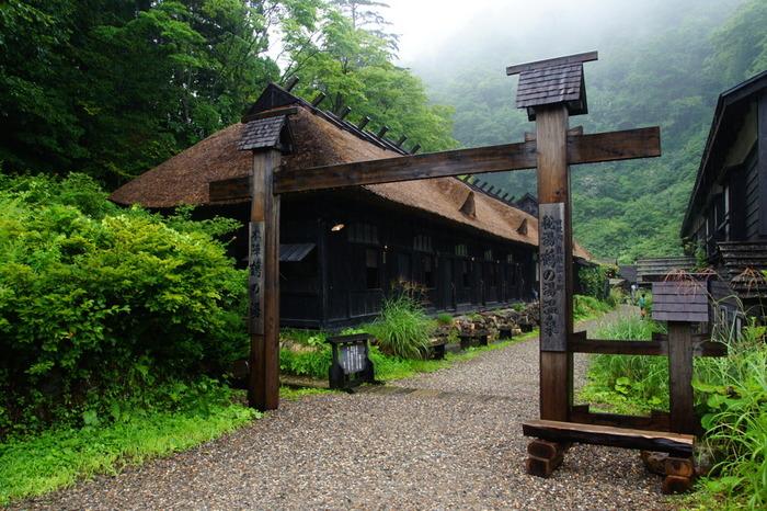 十和田八幡平国立公園の乳頭山麓に点在する7つの温泉が「乳頭温泉郷」です。その中でも最も古い歴史を持ち、秋田藩主の湯治場だった由緒ある温泉が「鶴の湯」。まるでタイムスリップしたかのような趣きのある入り口の先に温泉があります。