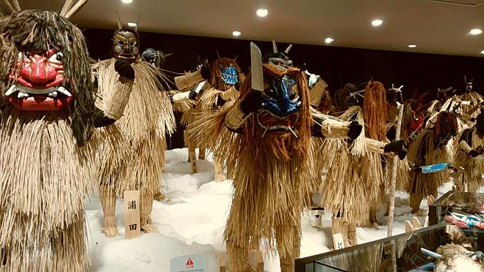 秋田を代表する民俗行事「なまはげ」は、なまけ心や不和などの悪事を諌め、災いを祓いにやってくる神さま。平成30年(2018年)ユネスコの無形文化遺産に登録が決定しました。その歴史を紹介しているのが、男鹿半島にある「なまはげ館」です。館内には、男鹿市内各地で実際に使われていた合計150枚の多種多様ななまはげのお面があり、どれも迫力満点。