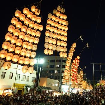 東北三大祭りのひとつにも数えられている「秋田竿燈まつり」は、大きな提灯を揺らめかせ、稲穂に見立てた竿燈を操りながら力と技を競う夏の風物詩。