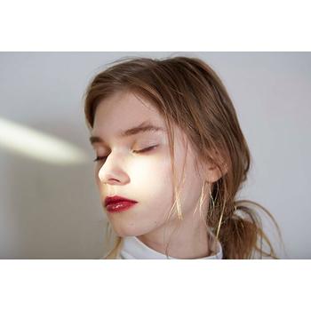 顎のラインがシュッとしまっているため、シャープな印象の逆三角形さんは、光の反射を使って頬にやわらかな印象をもたせると◎ハイライトも真っ白よりは、ベージュやクリーム系の色を使い、頬の外側から顎にかかるラインにハイライトを入れシャープな印象をカバーしましょう。