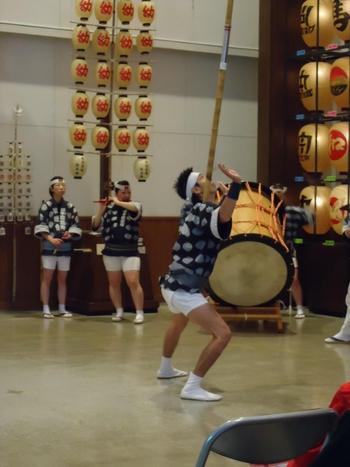 館内では、大きな竿燈を手のひらや額、肩、腰へと自在に操る差し手の姿など、竿燈まつりの見どころである職人芸の実演を間近に見るこができますよ。