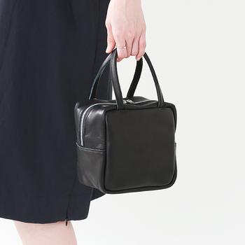 大は小を兼ねるといいますが、ファーマルな場面でそれは当てはまりません。バッグはできるだけ小ぶりなものを持つのがスマート。パーティーには華やかなクラッチバッグがあると素敵ですが、子どもの式典や学校行事にはそぐいません。上品なハンドバッグが1つあると安心です。