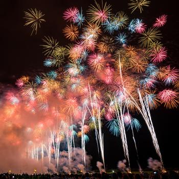 「大曲花火大会」は、明治43年(1910年)から続く秋田の夏の夜を彩る風物詩。ここで開催される「全国花火競技大会」は、内閣総理大臣賞など数々の賞が授与されることから、全国の花火師たちの目標となっているそう。