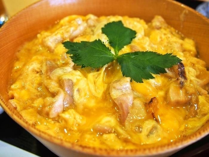 秋田駅ビルにある「秋田比内地鶏や」は、最高品質の比内地鶏と卵がおいしいと評判のお店。中でも人気なのが「究極親子丼」です。県産で放し飼いしている比内地鶏の肉と卵を使用。お肉は備長炭でさっと香ばしく焼き上げ、新鮮な卵を半熟に仕上げたこだわりの一杯。ひと口食べるごとに絶妙なハーモニーを奏で、まさに究極の味です。