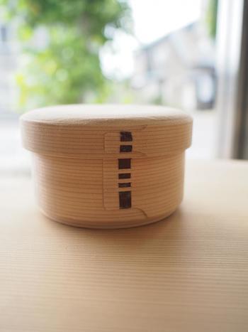 こちらは、製作体験で完成した「丸弁当箱」。お茶碗2膳分ぐらいのご飯が入る白木のお弁当箱で、ご飯とおかずを入れて使ったり、おひつ代わりにも。