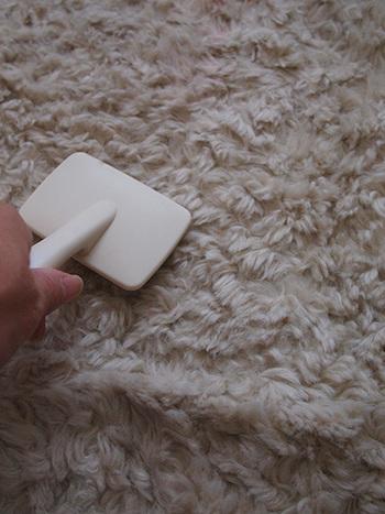 毛足の長いカーペット(ラグ)は、犬用のスリッカーブラシで縦横にブラッシングするとふわふわに…。同時に、毛の中からゴミも出てくるので、掃除も出来て一石二鳥です。