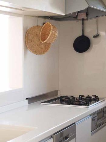 キッチンには、ついつい、いろいろなツールを置きがちです。  手に取りやすくはなるものの、調理の邪魔になって作業効率が悪くなり、やる気が起きないことも。  キッチンのワークトップに何も置かないことで、スペースを広く使え、掃除もしやすくなります。
