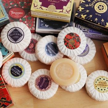 華やかで可愛らしいパッケージは、見ているだけで幸せな気分に。12種類の香りから選ぶことができます。ほかの美容アイテムと組み合わせて贈っても素敵ですね。