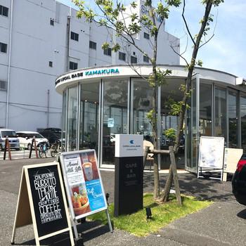 全面ガラス張りのオープンな印象のこちらは、ダイハツが運営するカフェです。店内がよく見え、入りやすい雰囲気♪ダイハツのオープンカーコペンも中には展示されていますよ。