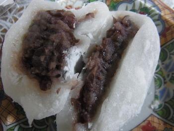 『塩大福』の中身は、北海道産の小豆とザラメで作った自家製つぶ餡。控え目な小豆餡と、柔らかでもっちりした餅生地が絶妙なバランスです。