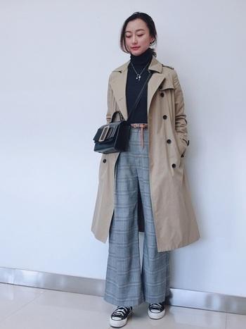 黒のタートル×チェックのパンツで一見メンズライクな雰囲気なのに、バッグを小ぶりなものにすることで女性らしい印象に。