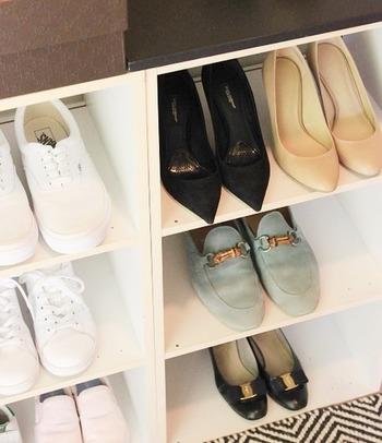 いまのシーズンによく履く靴だけを玄関先に置いて、あとは納戸などに収納してしまうのもいいかも。それなら、玄関にはコンパクトなシューラックを置くだけで済みますね。