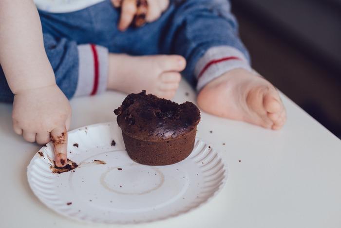 お子さまの食べこぼしや、カレーや醤油、赤ワインやコーヒーなどの落ちにくいシミなどがカーペットに着いてしまった場合の急なトラブル対処法をご紹介したいと思います!