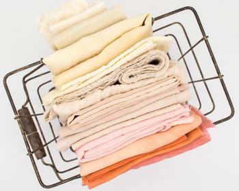 布などを用意し、ポンポンと汚れの部分を軽くたたくようにして、布に水分を吸い取らせて行きます。(固形の汚れは拭き取るようにします。)ちなみに布は、使い古しのタオルや洋服の端切れなどでもOK! 次に、自宅にある台所用洗剤を水に薄め、綺麗な布などに染み込ませ、もう一度汚れの部分をポンポンと叩くようにして汚れを落として行きます。 ポイントとしては、叩く範囲はあまり広がりすぎないように、部分汚れの中心を集中的に軽く叩いて行きましょう! 最後は、洗剤が残らないように固く絞った布で水拭きして終了。 この方法さえ頭に入れておけば、急なトラブルにも慌てずに対処することが出来ますね!