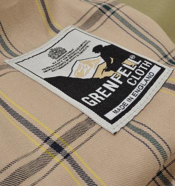 防風性、防水性に富み、長持ちする「グレンフェルクロス」を使用。グレンフェルクロスで作られた衣料には本物の証としてラベルを付け、生地の重要性を強調しているそうです。ライニングはトラディショナルな雰囲気のチェック柄を採用。