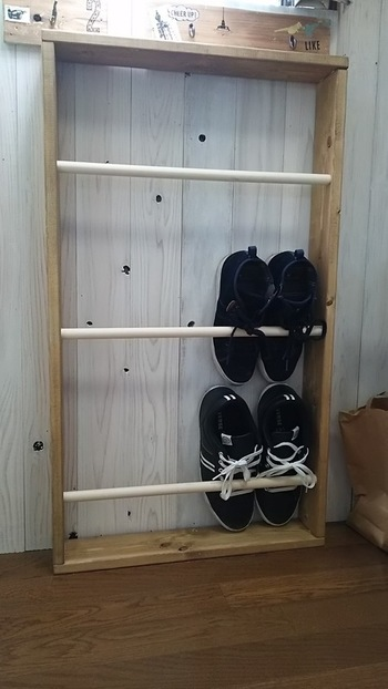 こちらは、ホームセンターでカットしてもらった木材で組み立てた薄型の下駄箱。棒を取り付けることで、縦に収納できるので場所を取りません。安定感と汚れ防止に、背板を付けるのがおすすめ。背板にペイントしたり、シールを貼ったり、おうちのイメージに合わせたリメイクも楽しめます。
