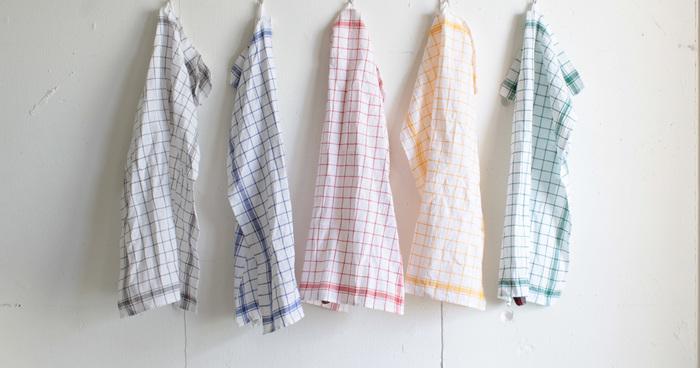業務用としても愛用されている<Kracht(クラークト)のクロス>には、吸収速乾性に優れている麻と、吸水性と柔らかさを兼ね備えた綿が使われています。大判なので二つ折りにすると、食器の水切りに丁度いい大きさに。洗濯し使い込むことで、風合いが増してどんどん使いやすくなっていくクロスなので、毎日洗濯して衛生的に長く使えますね。