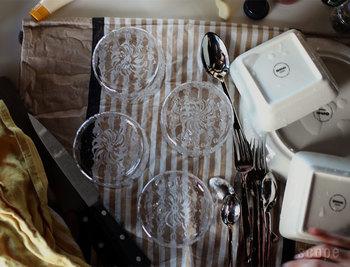 水切り専用のものではなく、「キッチンクロス」や「ふきん」を使うという手も。どちらも吸水性に優れているので、マットと同じ用途で使えます。薄手のものでも、折りたたんだり重ねたりすればOK!物を増やしたくないミニマル派の方におすすめの方法です。
