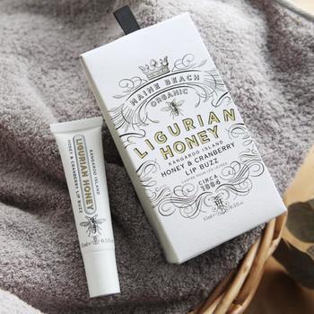洗練されたパッケージが素敵なこちらのリップバームは、オーストラリアの機関が認定した、いくつものオーガニック成分を配合して作られたもの。はちみつの優しい香りが、唇をふんわりと包み込んでくれます。