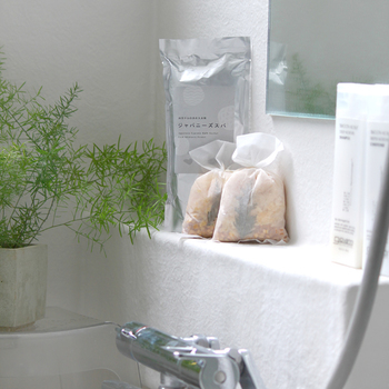 ヒノキのお風呂を自宅で手軽に楽しむことができる、ヒノキチップの入浴剤。海外の方へのちょっとしたお土産としても人気のある商品とのこと。お家にいながら森林浴を楽しめるので、心身ともにリラックスできそうです。