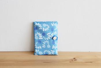 お気に入りの生地で、自分だけのオリジナル母子手帳ケースを手作りするのもおすすめです☆ほぼミシンの直線縫いとボタン付けをするだけでできるのも嬉しいところ♪ 材料は、 ・布:タテ50㎝×ヨコ55㎝ ・リボン:約12cm ・ボタン:1個 仕上がりサイズ 約17.5cm×13cmと、一般的な母子手帳のサイズに合わせています。