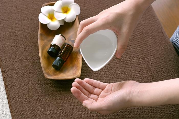 小さじ1杯(5ml)のキャリアオイルにエッセンシャルオイル3滴、薬局で購入できる精製水50mlを混ぜ合わせれば、手作りのオリジナルローションのできあがりです。容器をよく振ってから使いましょう。また、無香料のシャンプーにエッセンシャルオイルを1%程度混ぜ合わせて、香りや洗い上がりも自分好みになるようブレンドするのもいいですね。特に、血流を促進して凝りをほぐしてくれるローズマリーを加えると、頭皮のマッサージ効果も期待できます。