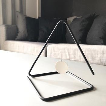 エッセンシャルオイルのディフューザーにはいろいろなタイプのものがありますが、お部屋でくつろぎながらほのかな香りを楽しむなら、インテリアとして飾ってもスマートな、こんなデザインのものも素敵ですね。
