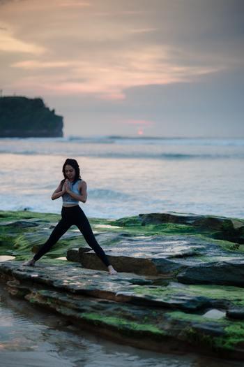 ヨガの3大要素と言われるのが「呼吸」「ポーズ」「瞑想」。 呼吸を意識すること、ポーズをとること、瞑想すること。3つは互いに深く関係していて、その調和によって心と体のバランスが整えられていきます。