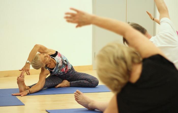 ヨガには体力を消耗するような激しい動作はありません。「最近、運動不足」「運動神経に自信がない」という人でも、40代・50代からでも気軽に始められます。そして、その先60代・70代までも続けられます。長い目で自分の体と心をコントロールしていくためにヨガは最適といえます。