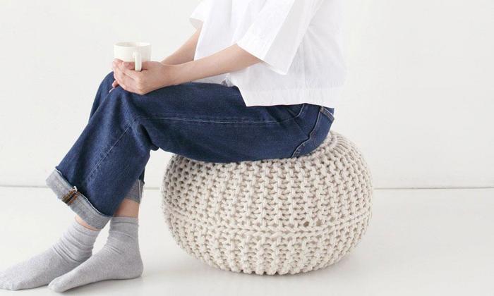 綿100%で編まれたナチュラルな雰囲気のクッション。丈夫でしっかりしているから、抱いて使うというよりは、置いて楽しむクッションです。