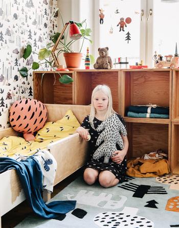 木の形をモチーフにしたクッションは、北欧風のテキスタイルがおしゃれ。子供部屋以外でも使いたくなります。