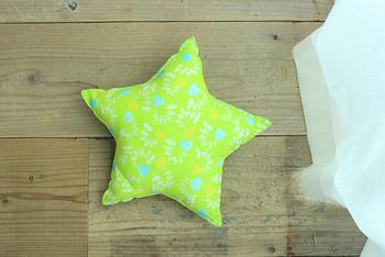 星形に切った布を縫い合わせて作ったクッションです。裏返した後に、縁をもう一度ミシン掛けすることで星の形を強調させています。