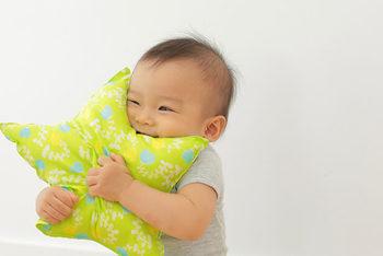 星の形は子供も持ちやすいデザイン。思わずギュッと抱きしめて遊んでくれそう。