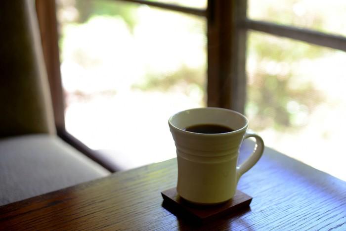 「吹上の森」の原点とも言える珈琲は「女性でもブラックで飲める」というコンセプトのもと、飲みやすさにこだわったもの。  豆は程よい苦みが特徴の「ケニア」、甘味のある「タンザニア」、酸味がおいしい「エチオピア」の3種類。好みやその日の気分に合わせて選ぶのもいいですね。  また、この3種類の豆を独自にブレンドした「三輪ブレンド」がお店の一番人気。 ブラックで飲むのは苦手と言う人でも「この珈琲は飲めた!」という方も多いそう。ぜひ試してみて下さいね。