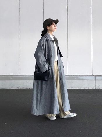 ボリューム感が魅力のロング丈のスプリングコートも、ライトグレーなら重たい印象になりません。バサッと羽織るように纏えば、白シャツ+チノパンのベーシックスタイルがリッチに仕上がります。