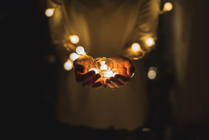 クリスマスやハロウィン、誕生日パーティーなどのイベントのデコレーションは勿論、キャンプなどのアウトドアシーンでも大人気の「ガーランドライト」。 柔らかで、優しく放たれる光は、見ている私達を自然と癒してくれる、そんな不思議な魅力があります。みなさんも、「ガーランドライト」で、お部屋を可愛らしくデコレーションしてみませんか!