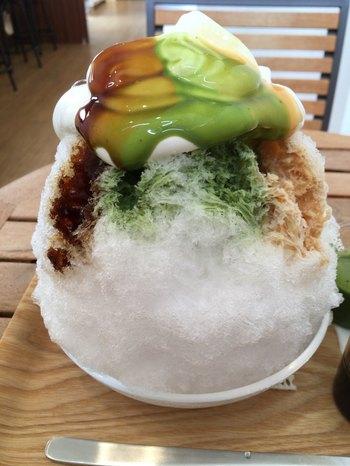 看板商品である木いちごジャムとクリームがサンドされたふわふわのスフレチーズケーキ「mou(ムー)」や、夏季限定で登場する天然氷を使ったかき氷も人気のお店です。