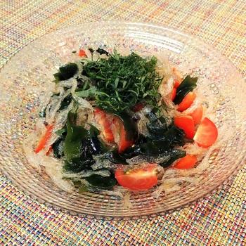 ■糸寒天とわかめとトマトのサラダ さらにカロリー控えめの「糸寒天とわかめとトマトのサラダ」はミネラル豊富なわかめもプラス。大葉もたっぷり乗せて召し上がってくださいね。